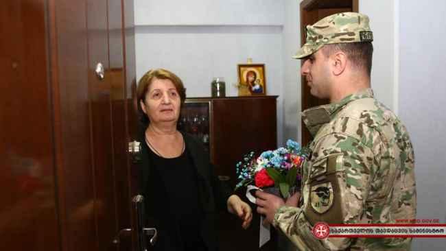 დაღუპული ჯარისკაცების დედებს 3 მარტი შვილების მეგობრებმა მიულოცეს - ემოციური ვიდეო