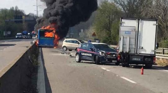 მძღოლმა სკოლის ავტობუსს ცეცხლი წაუკიდა, პოლიციამ ბავშვების გადარჩენა შეძლო
