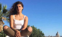 გოგო, რომელმაც მოძალადე მამას ყელი გამოჭრა, გაათავისუფლეს