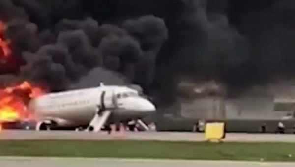 ვიდეო - ცეცხლმოდებული თვითმფრინავი - ხალხი ტრაპებიდან ხტებოდა