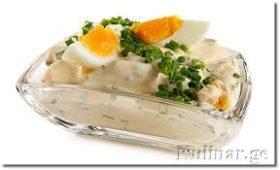 მოხარშული კვერცხი და კარტოფილი მაწვნის სოუსში
