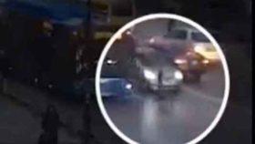 12 წლის ბავშვს, რომელმაც ტურისტს ნივთი წაართვა, მანქანა დაეჯახა