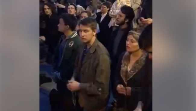 """გადამწვარ ტაძართან პარიზელები ,,ავე მარიას"""" დაჩოქილები გალობენ - ემოციური ვიდეო"""