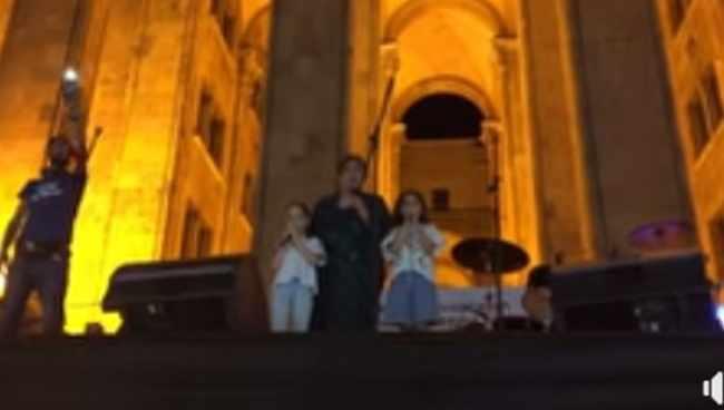 თამრიკო ჭოხონელიძემ შვილიშვილებთან ერთად აქციაზე იმღერა - ვიდეო