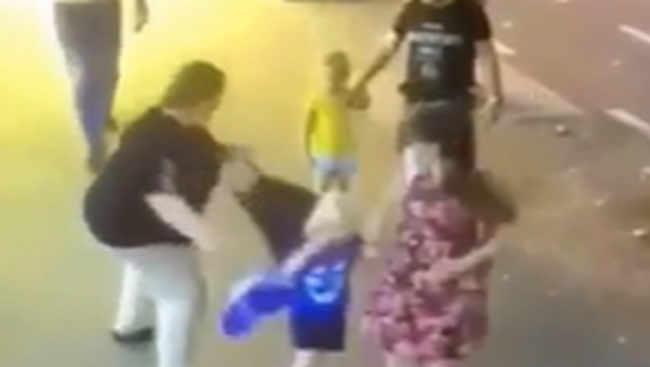 ამ ვიდეოში მკაფიოდ ჩანს ქალი, რომელიც ბავშვს დანას სახეზე უსვამს