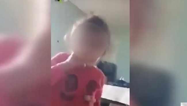 ძმა თავის პატარა დას მარიხუანას აწევინებს - ვიდეო