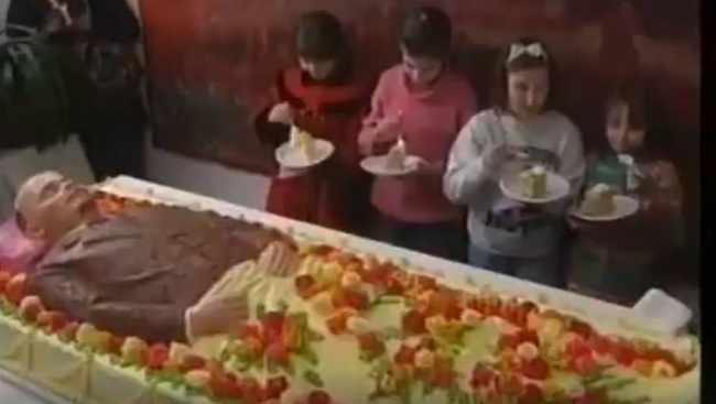 მკვდარი ლენინის ტორტი და კუბოების გამოფენა რუსეთში - ვიდეოები