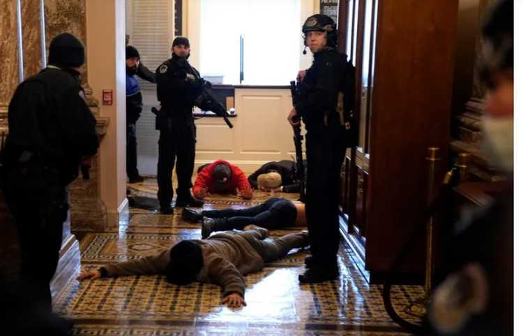 """,,სახელმწიფო გადატრიალების მცდელობა ამერიკაში"""" - აქციის მონაწილეები კაპიტოლიუმის შენობაში შეიჭრნენ"""